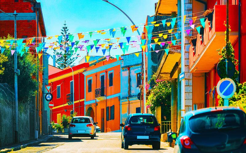 Strasse mit bunten Häusern in Santadi