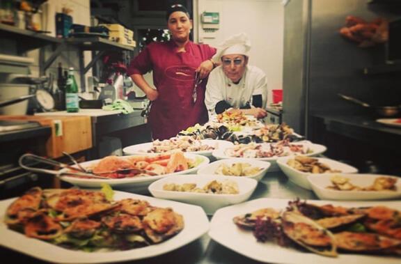 Familie Cino in der Küche beim Zubereiten der Speisen